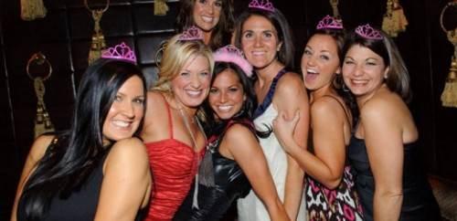 chicas en despedida dentro de discoteca